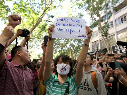 Residents of Kunming protest against a planned petrochemical refinery. (photo: Grace Tan)