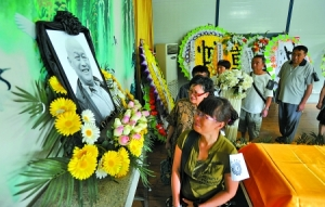 People pay their tribute to Wu Dengming. Credit:  Chongqing Business News, July 22, 2013.
