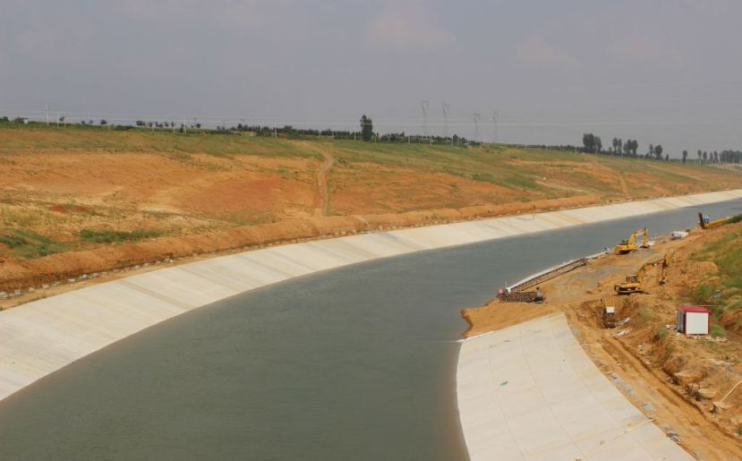 A canal along the central route of the SNWDP in Henan province. Quartz / Lily Kuo.