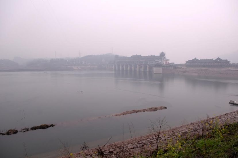 A water-level regulatory dam on the Pengxi River in Kaixian County, by Fan Xiao, March 2012.