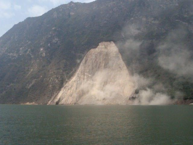 A landslide that occurred near Gongjiafang Village in Wu Gorge of the Three Gorges, about 4,000 meters downstream of Wushan Port. (Photo from the Internet).