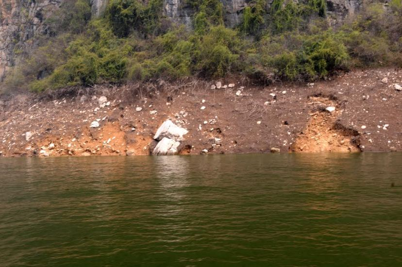 The reservoir area's drawdown zone and bank caving in the Longmen Gorge in the Lesser Three Gorges on the Daning River, by Fan Xiao, March 2012.
