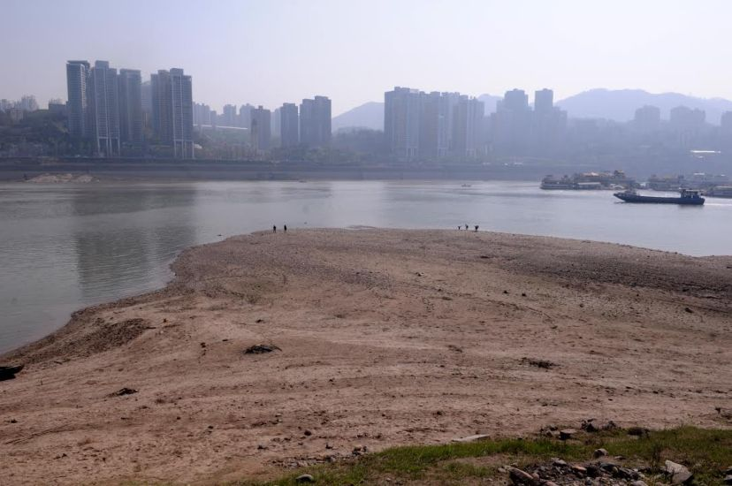 Large areas of thick sand mudflats appeared in the Jiangbeizui region on the north bank of the Yangtze River, by Fan Xiao, April 2012.